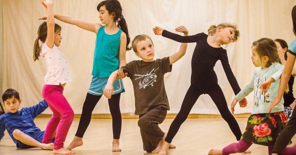 Танци с изненади (100 забавни игри за деца)
